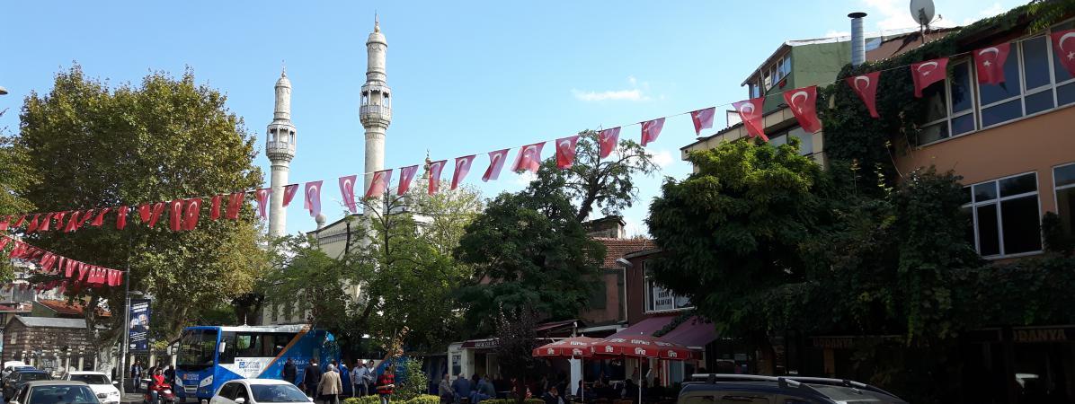 Le drapeau turc s'affiche partout dans le quartier de Kasimpasa en soutien à Erdogan.