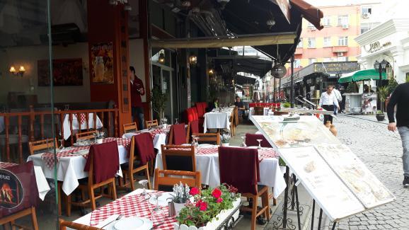 Les terrasses restent vides dans le quartier touristique de Sultanahmet à Istanbul.