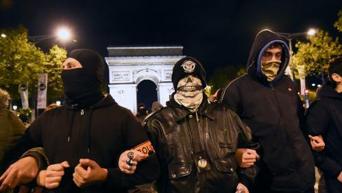 """""""Les politiques, maintenant, ils vont la fermer"""" : des centaines de policiers crient leur colère près de l'Elysée"""