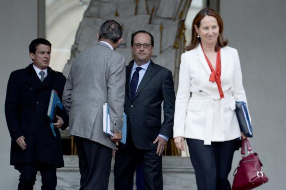 François Hollande regardant Ségolène Royal, la ministre de l'Environnement, quitter le palais de l'Elysée après le Conseil des ministres, le 1er juin 2016 à Paris.