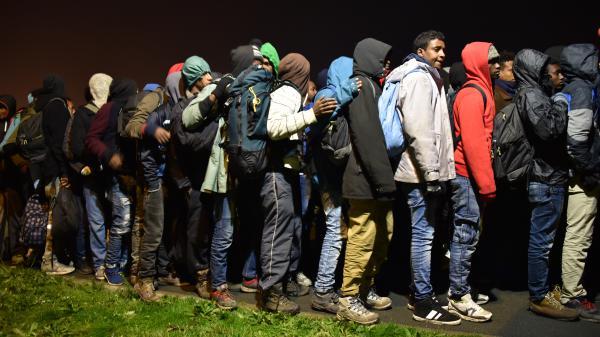 """VIDEO. La """"jungle"""" de Calais évacuée dans le calme"""