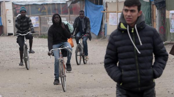 """Calais : la """"jungle"""" se vide de plus en plus"""
