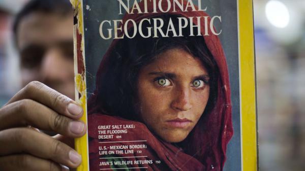 """De """"National Geographic"""" aux geôles du Pakistan, l'émouvante histoire de Sharbat Gula, """"l'Afghane aux yeux verts"""""""
