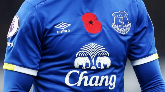Un coquelicot est épinglé sur le maillot d'un joueur d'Everton, le 30 octobre 2016 à Liverpool (Royaume-Uni), lors d'une rencotnre de Premier League contre West Ham.