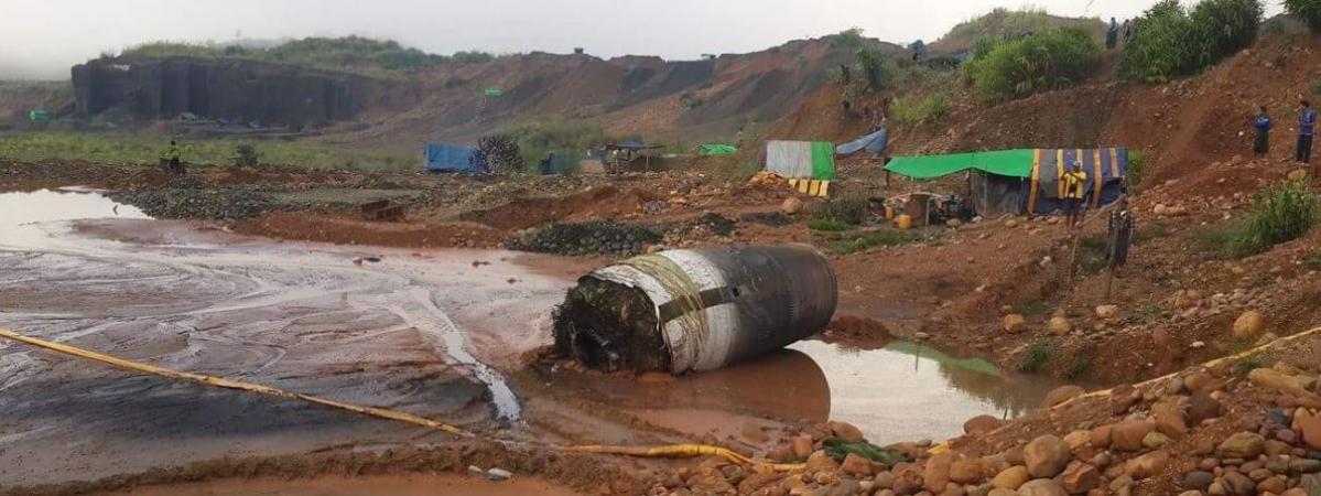 Un internaute a publié une photo de cet imposant cylindre de métal, découvert dans une zone minière birmane, jeudi 10 novembre 2016.