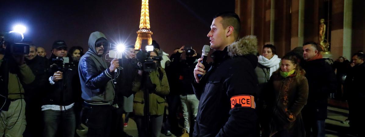 Un policier prend la parole au cours d\'unrassemblement non-autorisé organisé au Trocadéro, le 11 novembre 2016 à Paris.