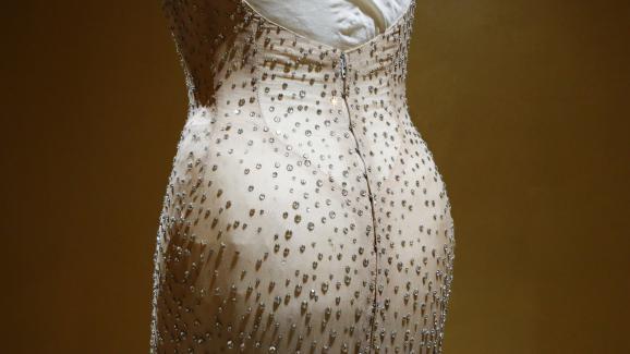 La célèbre robe en soie pailletée de Marilyn Monroe aux enchères