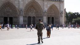 Des militaires en patrouille devant le parvis de la cathédrale Notre-Dame, à Paris, le 14 septembre 2016.