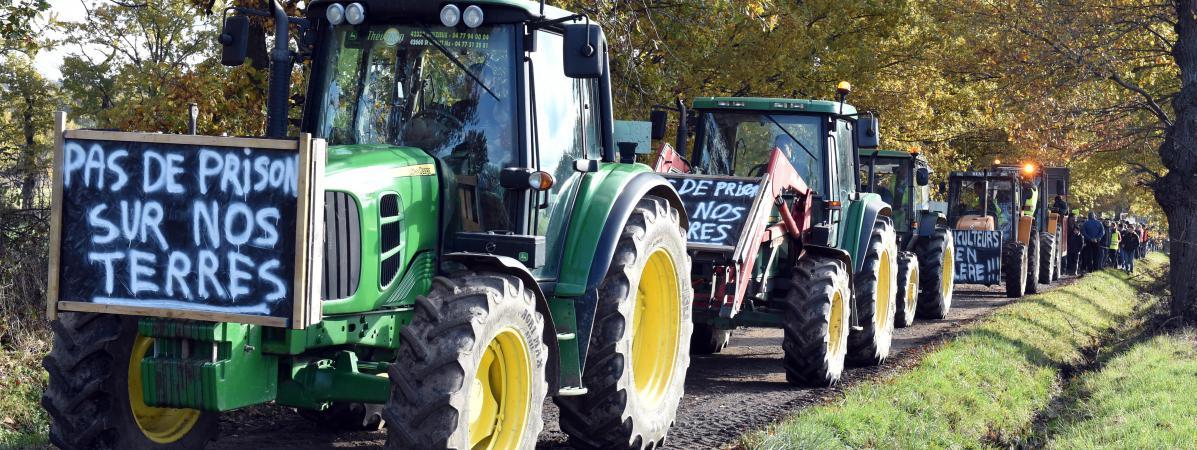 Des tracteurs ouvrent une manifestation contre un projet de construction de prison, le 12 novembre 2016, à Saint-Bonnet-les-Oules (Loire).