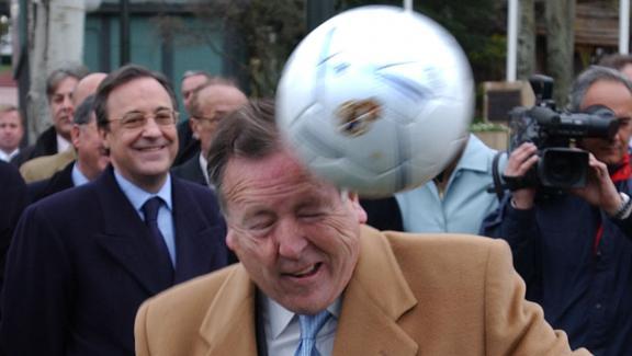 Le maire de Madrid, Jose Maria Alvarez de Manzano fait une tête sous l\'oeil amusé du président du Real Madrid, Florentino Perez, le 5 mars 2002.
