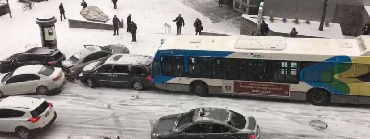 Neige Carambolage VideoCanadaLa Un Gigantesque Montréal À Cause UMjLqSVGpz