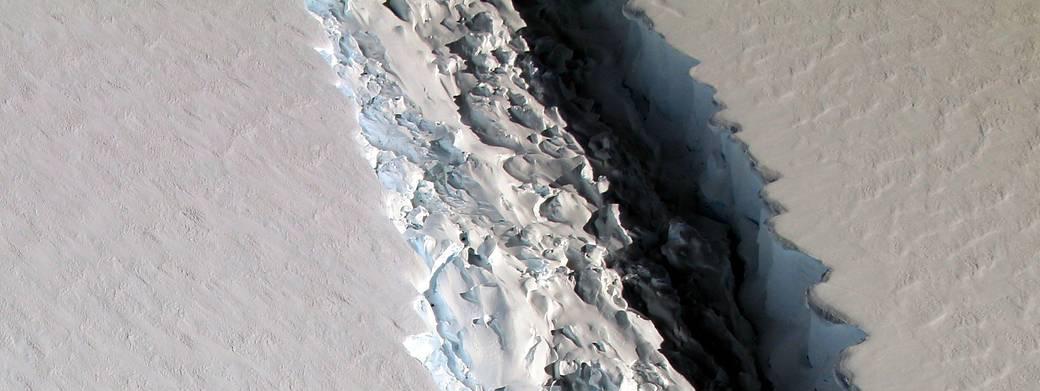 La Nasa a photographié une faille de plus de 90 m de large sur la plateforme glacière Larsen C, dans l\'Antarctique, le 10 novembre 2016.