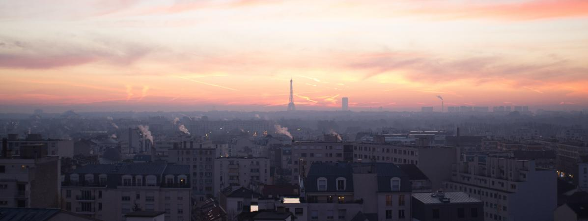 La tour Eiffel sous la pollution à Paris, le 7 décembre 2016.