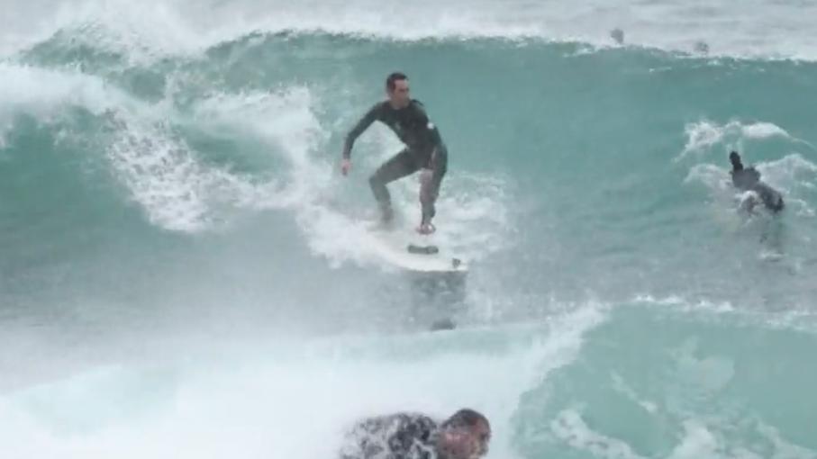 Surf cinq ans apr s une attaque de requin il remonte sur sa planche - Decorer sa planche de surf ...
