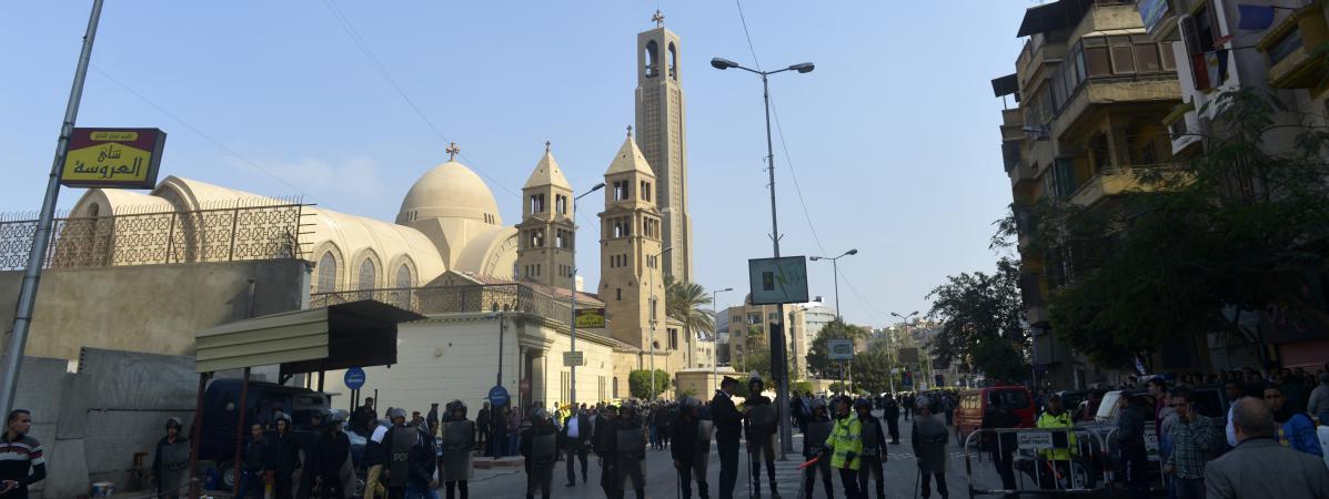Des policiers déployés autour de l\'église copte orthodoxe Saint-Pierreet Saint-Paul au Caire (Egypte), le 11 décembre 2016.