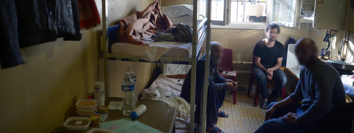 Trois détenus posent dans leur cellule de la maison d\'arrêt des hommes de Fresnes (Val-de-Marne), le 4octobre 2016.