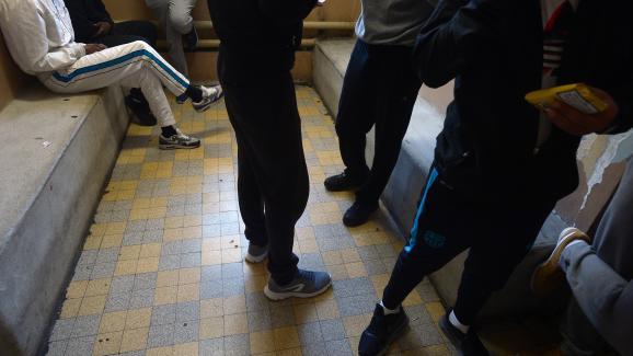 Des détenus patientent dans une salle d\'attente de la maison d\'arrêt des hommes de Fresnes, le 4 octobre 2016.