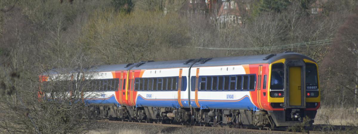 Un train circule près de Chinley, dans le Derbyshire (Royaume-Uni), le 14 février 2016.