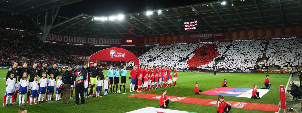 Des supporters gallois forment un coquelicot dans les tribunes du match opposant le pays de Galles à la Serbie, le 12 novembre 2016, à Cardiff (Royaume-Uni).