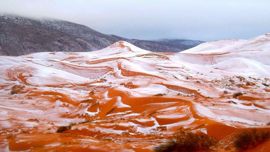 Photo amateur des dunes du Sahara enneigées le 19 décembre 2016 aux alentours de la ville d'Aïn Sefra en Algérie.