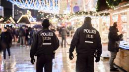 Une patrouille de police allemande sur le marché de Noël à Berlin, le 22 décembre 2016.