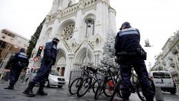 Des policiers devant la basilique Notre-Dame de Nice, le 20 décembre 2016.