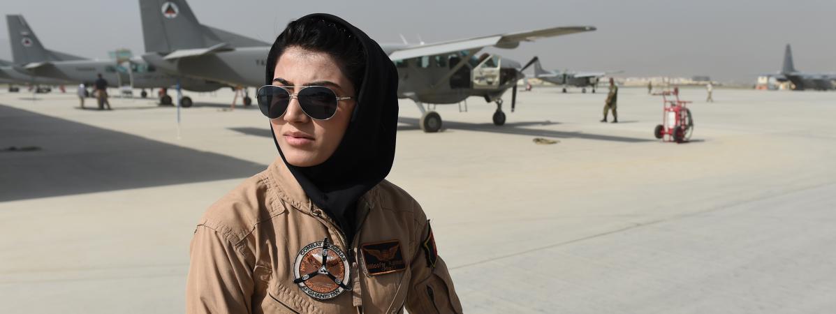 La pilote Niloofar Rahmani pose sur le tarmac de l\'aéroport de Kaboul (Afghanistan), le 26 avril 2015.
