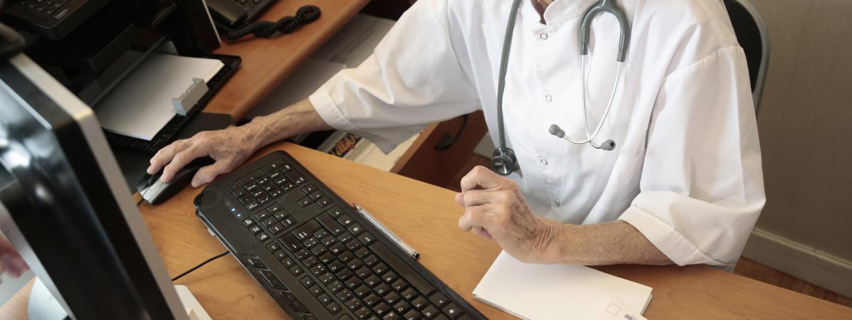 Un médecin utilise la carte vitale d\'un patient, en août 2014, à Chambéry (Savoie).