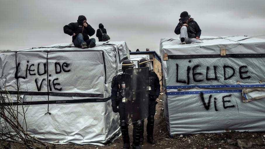 Des policiers arpentent la jungle de Calais (Pas-de-Calais) lors d\'une opération de démantèlement, le 1er mars 2016.