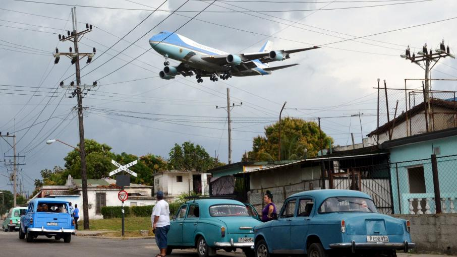 Le Boeing 747 Air Force One survole un quartier de La Havane (Cuba) avant d\'atterrir à l\'aéroport international, le 20 mars 2016.