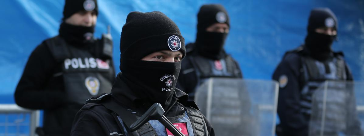 Des policiers turcs surveillentla discothèque stambouliote visée par un attentat terroriste revendiqué par le groupe Etat islamique, le 1er janvier 2017.