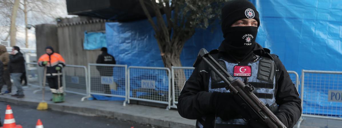 Un policier turc monte la garde devant la discothèque Reina à Istanbul, le 1er janvier 2017.