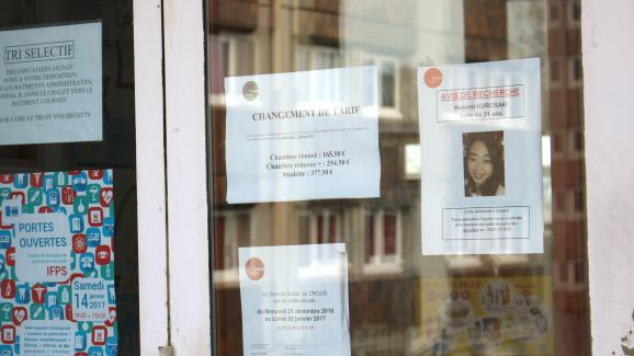 A search notice posted at the entrance of a building on the university campus of Besançon (Doubs), after the demise of Narumi Kurosaki, a japanese girl student.