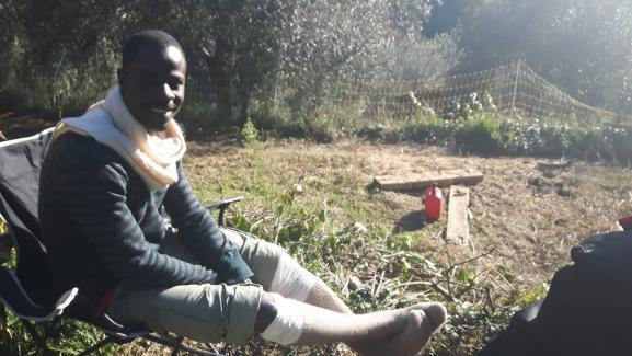 Hassan, qui a fui le Tchad, se repose chez Cédric Herrou, dans la vallée de la Roya