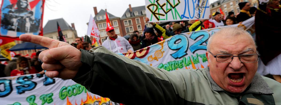 Des manifestants réclament la relaxe de huit ex-salariés d\'une usine Goodyeardevant le tribunal d\'Amiens (Somme), le 11 janvier 2017.