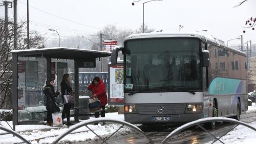DIRECT. Météo : 53 départements de la moitié nord de la France placés en vigilance orange pour vent, neige et verglas