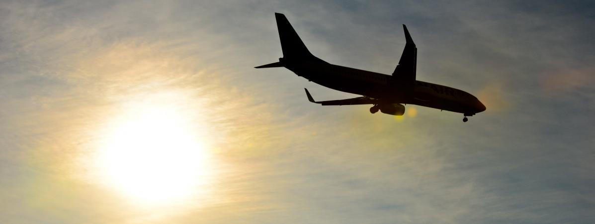 Un avion dans le ciel au dessusde l\'aéroport de Charleroi Bruxelles (Belgique), le 21 décembre 2016.