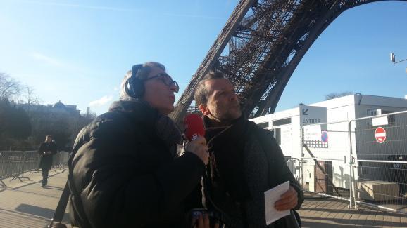 Michel Despratx et Benoît Collombat au pied de la Tour Eiffel, lieu du rendez-vous secret entre Djouhri et Béchir Saleh le 3 mai 2016.