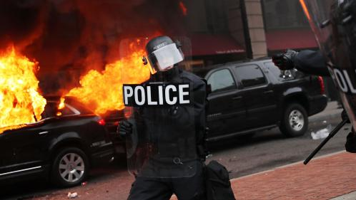 Limousine incendiée, vitrines brisées : les anti-Trump laissent éclater leur colère à Washington