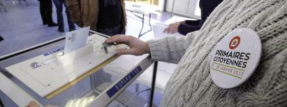 Dans un bureau de vote à Roncq (Nord), lors de la primaire de la gauche, le 22 janvier 2017.