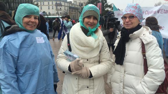 Marie-Pierre, 58 ans, Marie-Christine, 57 ans, et Sylvie, 51 ans, cadres de santé, dansla manifestation des infirmières, le 24 janvier 2017 à Paris.