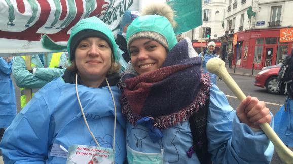 Simone, 35 ans, et Rachelle, 26 ans, deux infirmières strasbourgeoises, lors de la manifestation du 24 janvier 2017, à Paris.