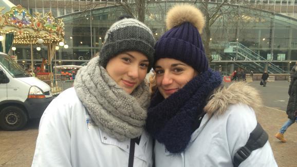 Déborah et Charline, 25 et 28 ans, infirmières à l\'AP-HP, le 24 janvier 2017 sur le parvis de Montparnasse, à Paris.
