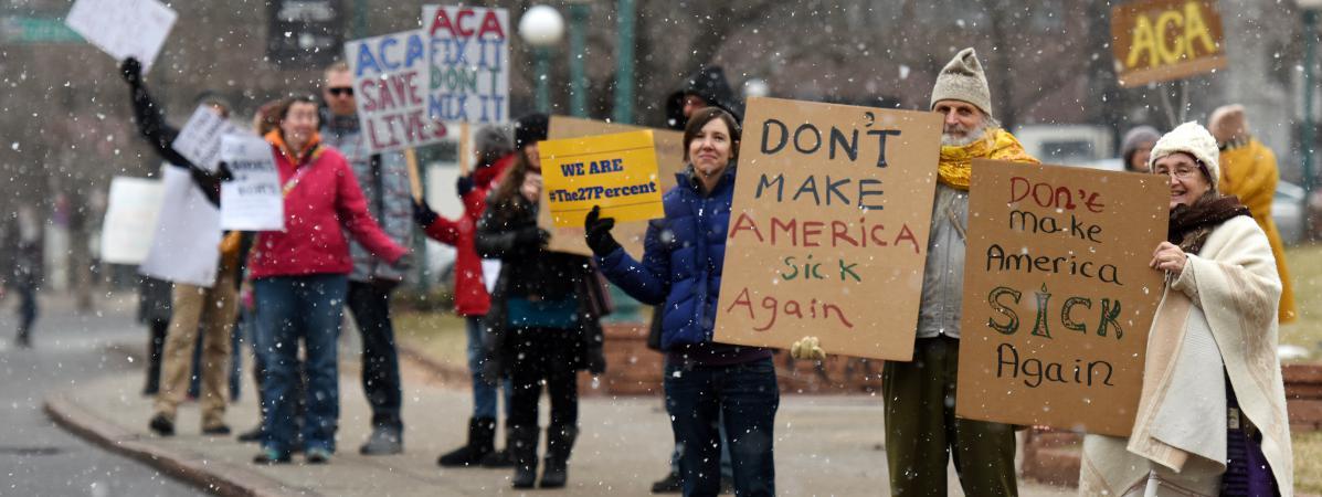 Des manifestants protestent contre l\'abrogation de la loi dite Obamacare, à Denver, dans le Colorado, le 17 janvier 2017.