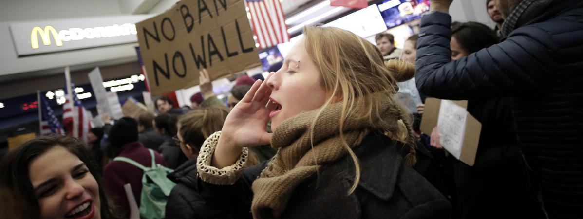 Des milliers de personnes ont manifesté dans les aéroports américains, samedi 28 janvier 2017.