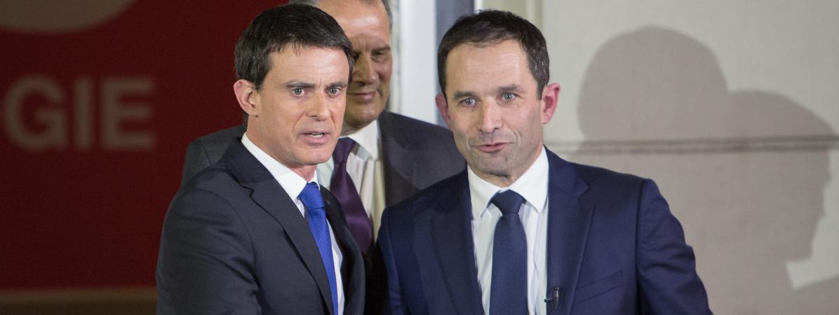 Manuel Valls et Benoît Hamon, le 30 janvier 2017, au siège du Parti socialiste, rue de Soléférino à Paris.