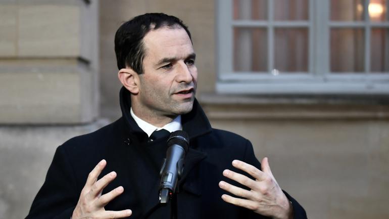 Le candidat socialiste à l\'élection présidentielle Benoît Hamon, le 30 janvier à Matignon, après une rencontre avec le Premier ministre, Bernard Cazeneuve.
