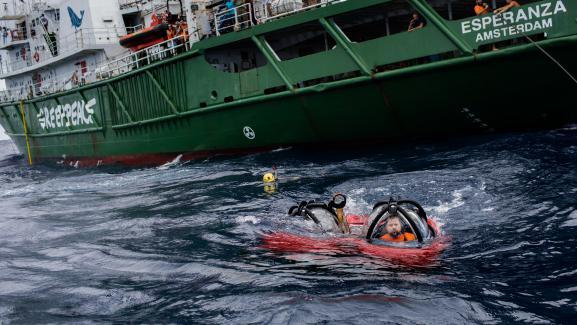 Le scientifique Fabiano Thompson et le membre de Greenpeace Jozeph Lowyck plongent à la découverte du récif corallien de l\'Amazone, le 28 janvier 2017, au large du Brésil.