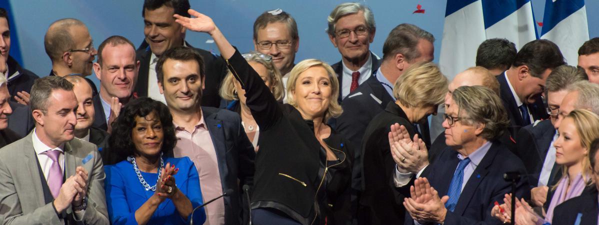 Marine Le Pen entourée des membres du bureau politique du FN à la fin de son meeting à Lyon, le 5 février 2017.