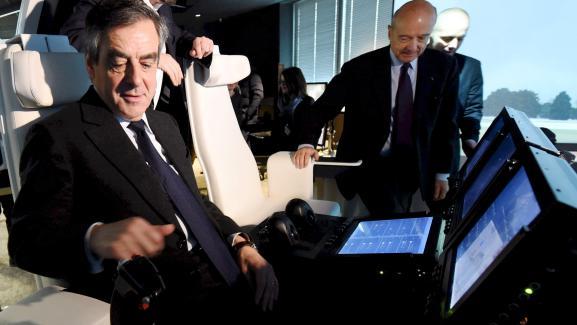 François Fillon et Alain Juppé prennent place à bord d\'un simulateur d\'hélicoptère, à l\'usine Thales de Mérignac (Gironde), le 25 janvier 2017.